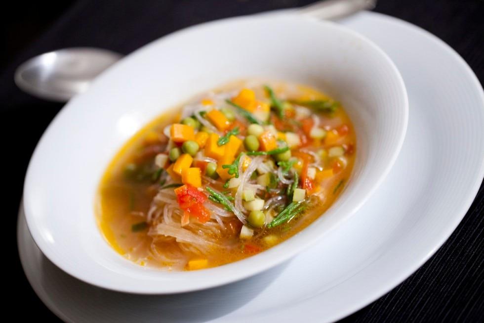 Noodles con minestrone leggero allo zenzero e salicornia