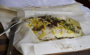 Branzino al cartoccio con limone, timo e olive