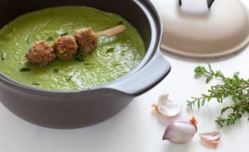 Zuppa di piselli con erbe aromatiche e polpettine ai pistacchi