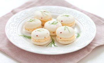 Macarons salati al pepe, mousse di salmone e finocchietto