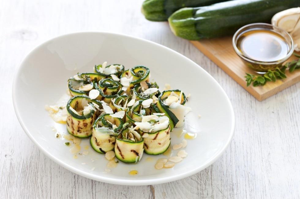 Rotolini di zucchine con mandorle e parmigiano