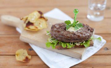 Hamburger di Chianina, pane integrale, germogli e chips