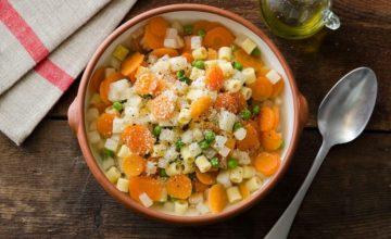 Minestrone di sedano rapa, piselli, carote e pasta corta