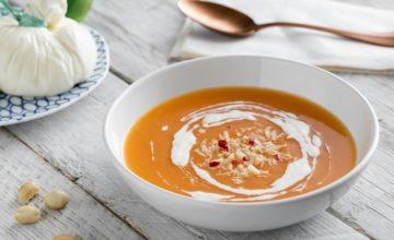Zuppa fredda di melone, crema di burrata e noci di macadamia