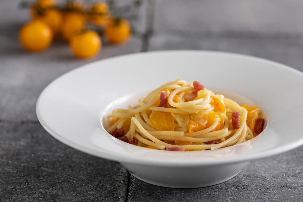 Linguine con pomodori gialli e prosciutto crudo