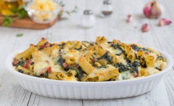 Rigatoni gratinati con formaggio, spinaci e prosciutto crudo