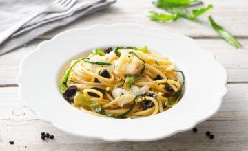 Spaghettoni con baccalà, olive nere e puntarelle