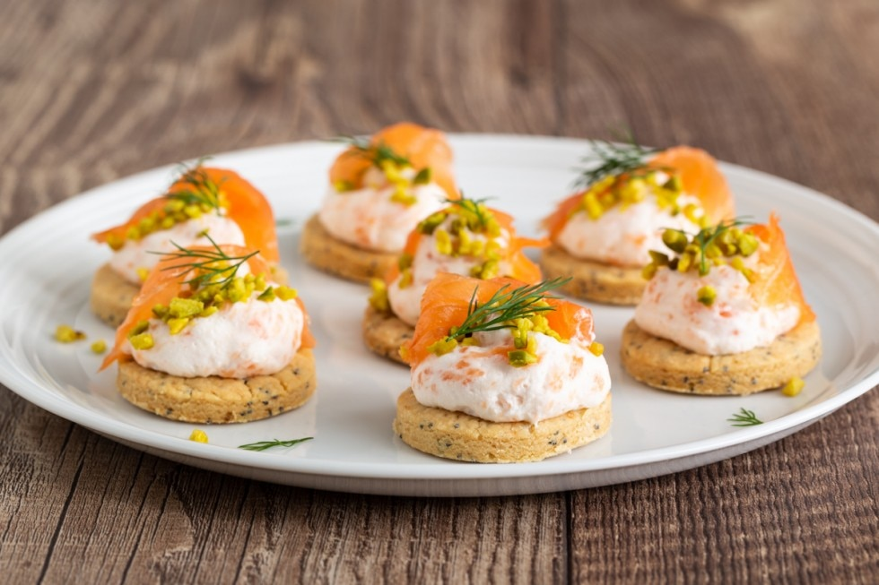 Biscotti salati con mousse di salmone affumicato