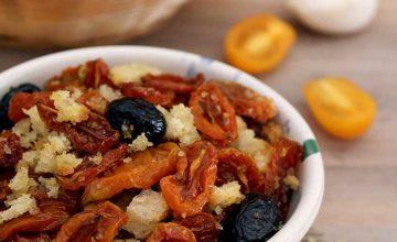 Pomodori confit con mollica di pane e olive
