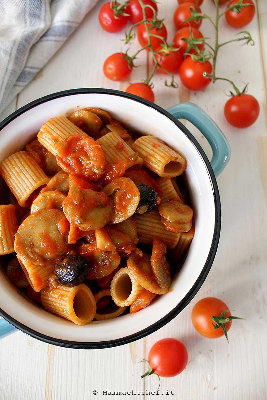 Rigatoni con funghi, pomodorini e olive